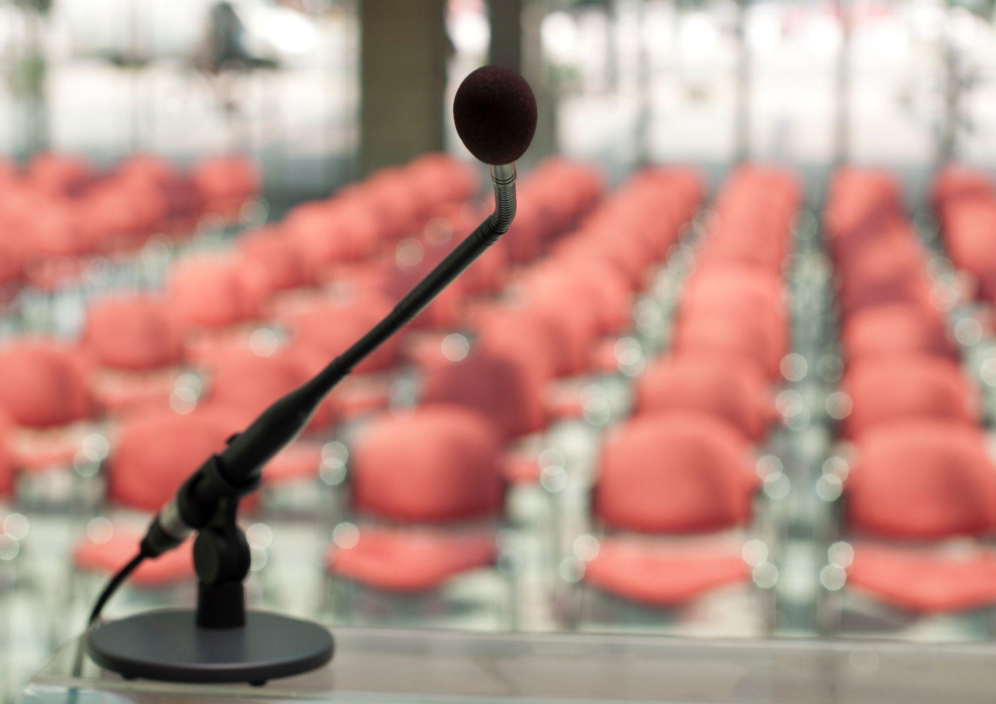 Micrófono frente a un auditorio vacío